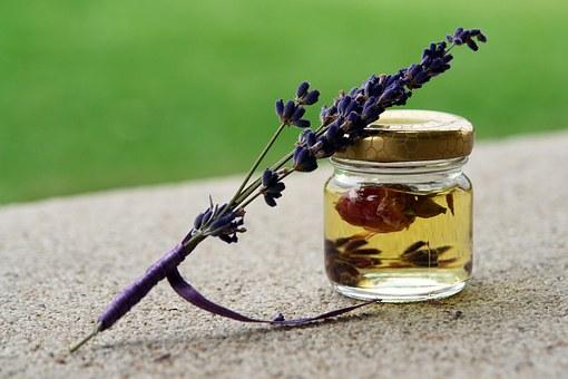 Aceite esencial de lavanda con flor dentro