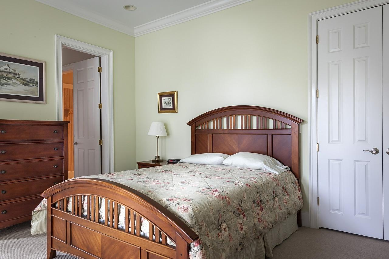 habitación con cama de flores